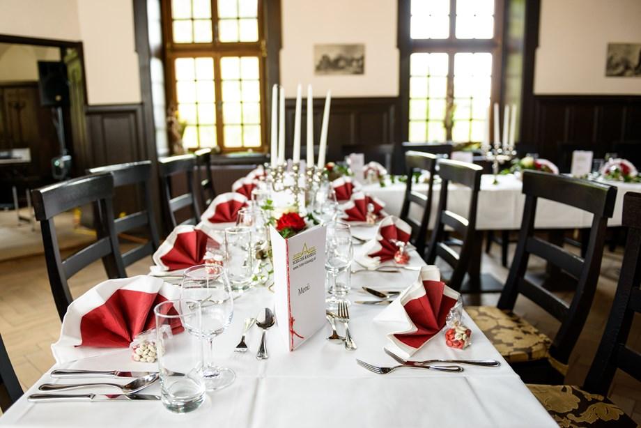 Hochzeitslocation Liebevoll dekorierte Tische und kulinarische